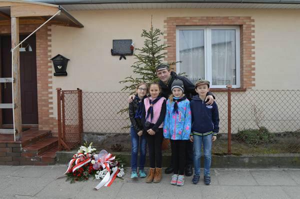 Harcerze z nowej, 17 Drużyny Harcerskiej w Kupnie, na rocznicy Akcji pod Arsenałem
