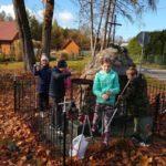 Harcerze porządkują pomnik partyzantów