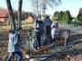 Harcerze sprzątaja pomnik w Porębach Kupieńskich