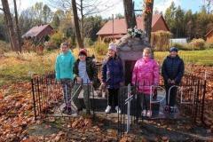 Harcerze sprzątają pomnik w Porębach Kupieńskich