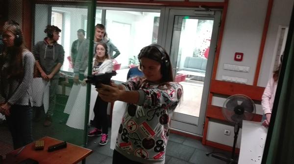 Uczniowie na strzelnicy