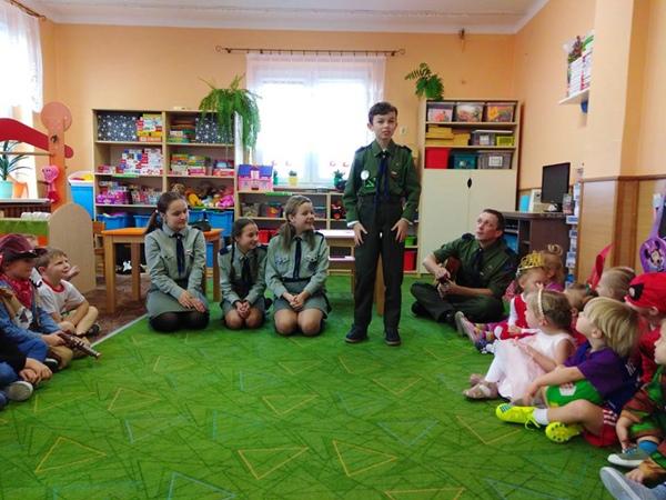 Harcerze na Andrzejkach w przedszkolu